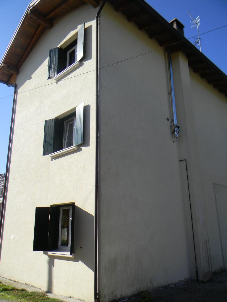 Casa singola maniago pn 83 for Case con annesso garage per camper