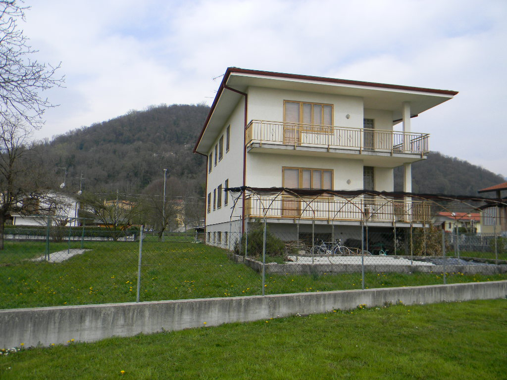 Casa singola con due appartamenti cavasso nuovo pn 197 for Piccoli piani di casa con cantina e garage